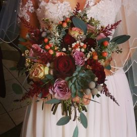 Sumptious #winterwedding bride's bouquet #succulent #berries